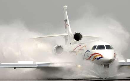 هواپيماي مسافر بري در حال فرود در باندي پر از آب
