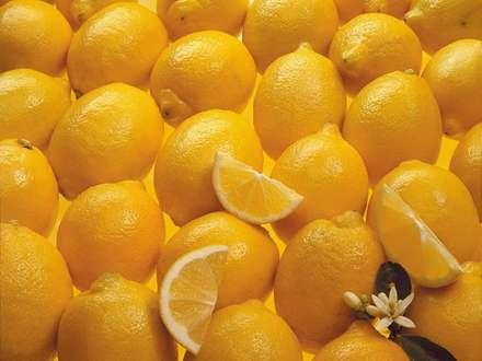 ليموهاي زرد کنار هم چيده شده