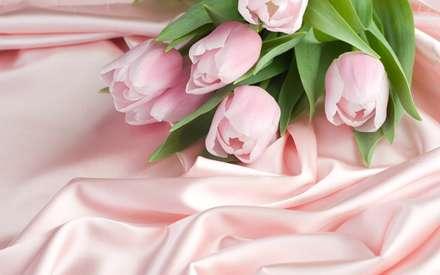 گلهاي لاله صورتي همراه با برگ روي پارچه