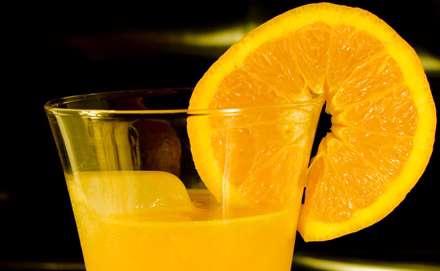 آب پرتقال همراه با خلقه اي از آن بر لب ليوان