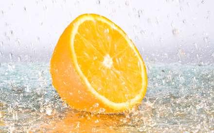 پرتقال نصف شده زير باران