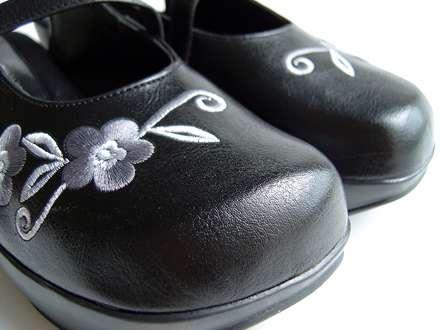 کفش زنانه ی گلدوزی دار