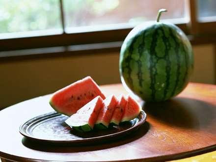 هندوانه های شتری شده در سینی ویک هندوانه ی راه راه