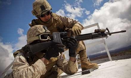 دوسرباز در حال تنظیم کردن اسلحه