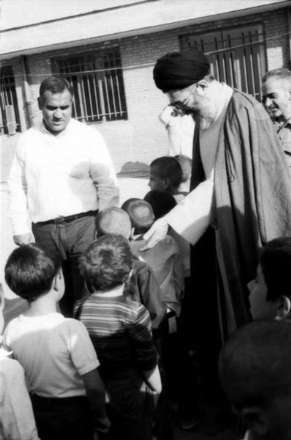 تصاویری از رهبر انقلاب هنگام بازگشایی مدارس