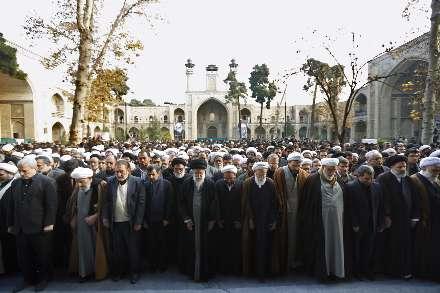 اقامه نماز رهبر انقلاب بر پیكر آیتالله آقامجتبی تهرانی