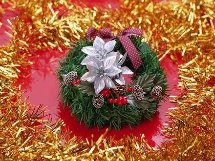 حلقه کریسمس با گل های نقره ای