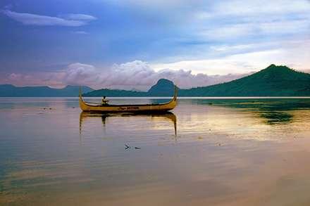 قایق در دریاچه