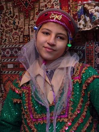 دختری با لباس سنتی