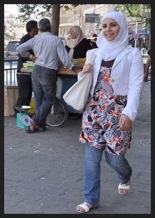 خنده دوستانه در خانم با حجاب