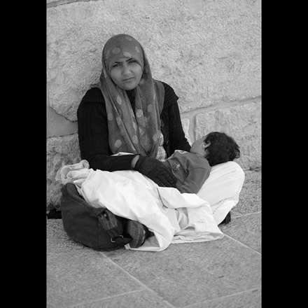 بچه در آغوش مادر مظلوم