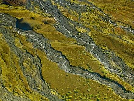 رودهای کوچک در زمین سبز