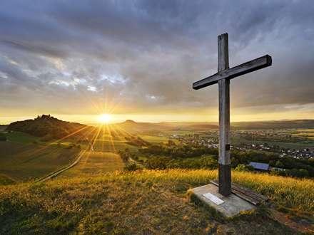 صلیب روی کوه در غروب