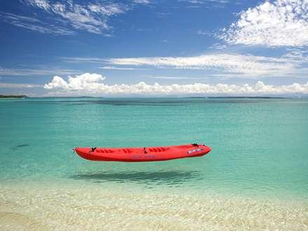 قایق قرمز در دریا