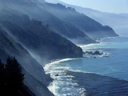 کوه های مه گرفته کنار دریا