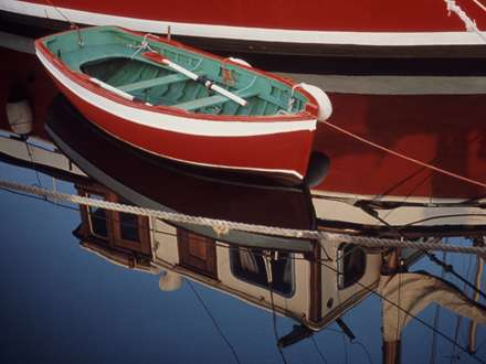 قایق قرمز در آب