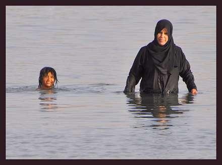 مادر و دختر در دریای سرخ