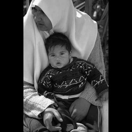 بچه در آغوش مادر بی پناه