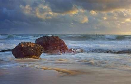صخره های دولومیتی در دریا