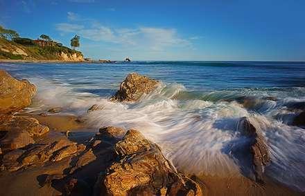 صخره های ساحلی دریای آبی