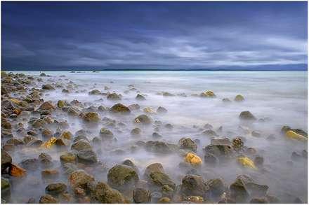 سنگ های بزرگ در ساحل