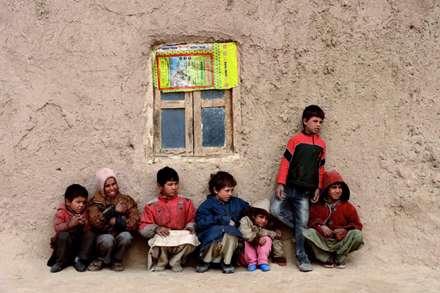 کودکان افغان در نزدیکی خانه خود را در هرات
