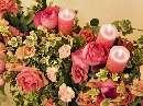 رزهاي رنگارنگ كنار شمعها