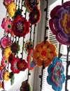 کاربرد جالب گلها در دکوراسیون خانه و تزیین پردهها
