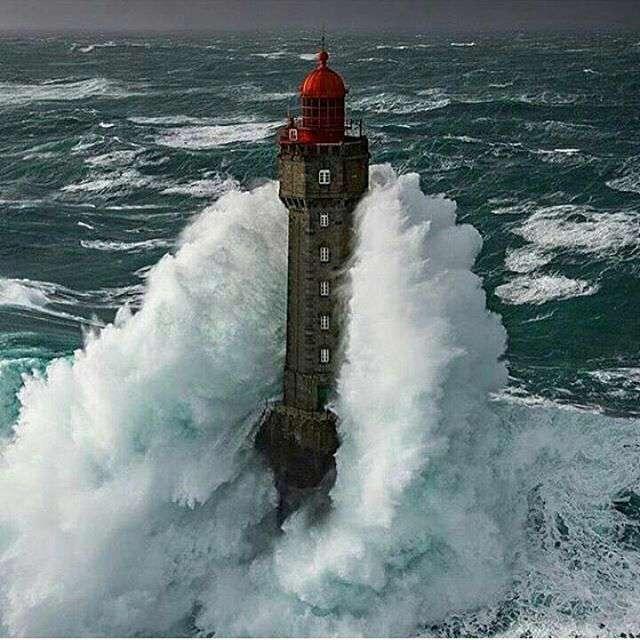 فانوس دریایی میان امواج