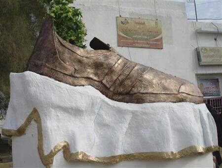 مجسمه کفش مرد عراقی که به سمت جورج بوش پرتاب شد در عراق!