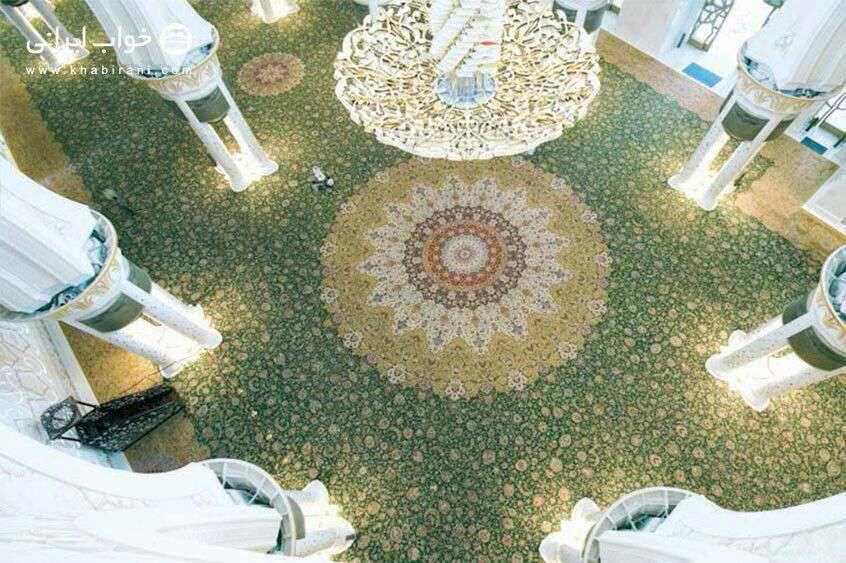بزرگترین فرش دنیا فرش سلطان قابوس است كه با ۴۳۴۳ متر مربع مساحت به سفارش سلطان قابوس پادشاه كشور عمان در نیشابور بافته شده است.