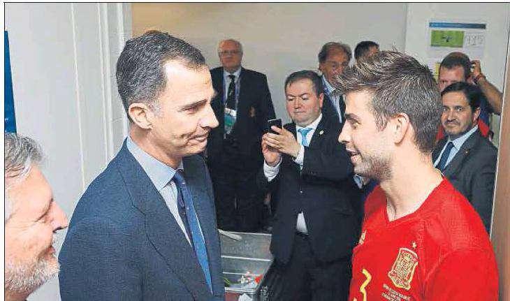 در پایان دیدار دیروز اسپانیا و جمهوری چک، پادشاه اسپانیا، با حضور در رختکن لا روخا، شخصا از جرارد پیکه به دلیل به ثمر رساندن گل پیروزی تیمش تشکر کرد.