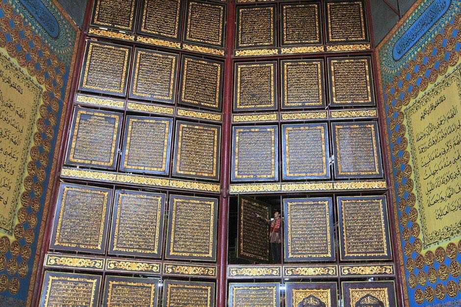 دیواری از صفحات بزرگ چوبی که آیات قرآن بر روی آنها حک شده است در یک مدرسه شبانه روزی در اندونزی
