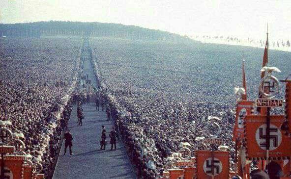 تجمع میلیونی نازیها در حمایت از سیاستهای هیتلر..   ؛ آلمان ، 1937