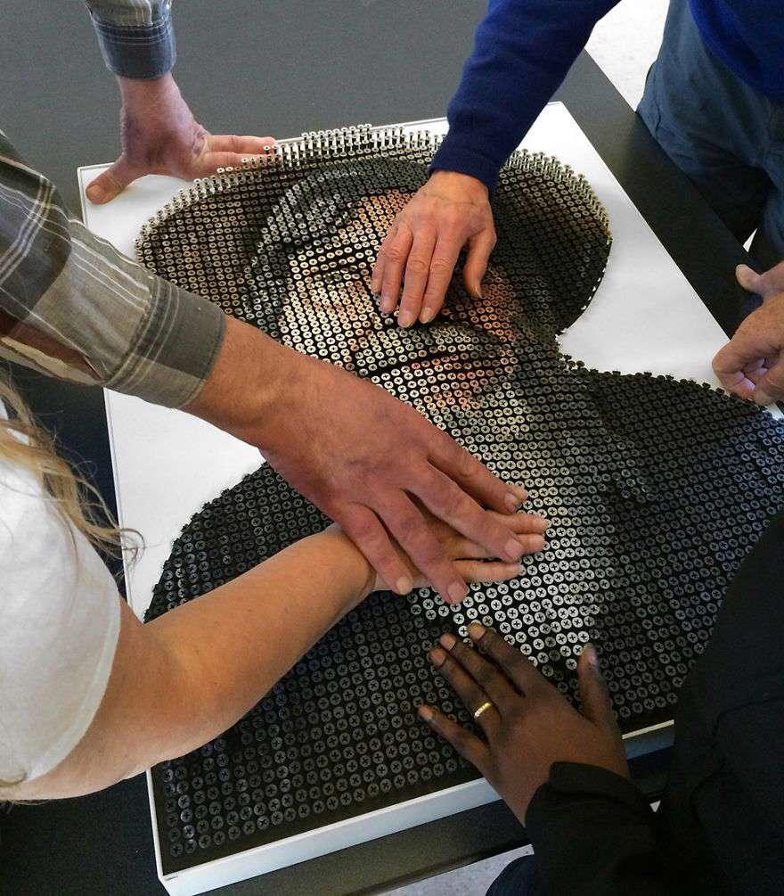 ساخت این تابلو با ۴۰۰۰ پیچ در حدود ۲ ماه طول کشیده تا یک نابینا صورتش را به این وسیله لمس و تجسم کند.