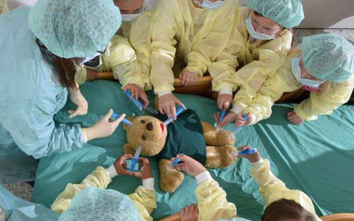 پروژه دانشگاهی در آلمان برای کم کردن ترس کودکان 3 تا 8 ساله با تماشای آنها به جراحی روی یک خرس عروسکی