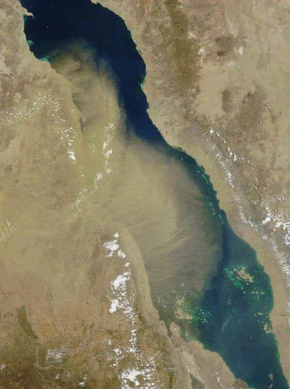 """تصویر ماهواره ای ارسالی از یکی از دوربین های ماهواره """"اکوآ """" متعلق به ناسا، عبور ریزگرد ها از منطقه را نشان می دهد"""