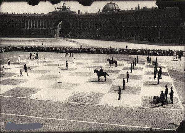 شطرنج انسانی در سن پترزبورگ روسیه، 1924.