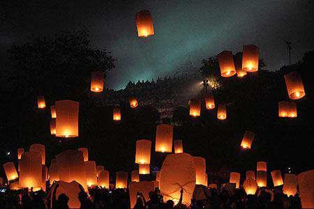 پرواز فانوس های بالنی به مناسبت جشن بودایی