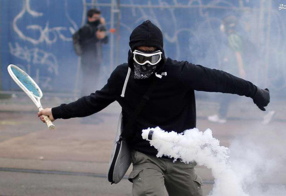 کاربرد راکت تنیس در تظاهرات!