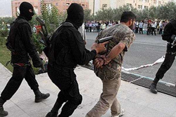 حمله دزد قوی هیکل و ترسناک به ماموران پلیس سارق قوی هیکل و ترسناک منزل حین دزدی توسط پلیس پایتخت دستگیر شد.