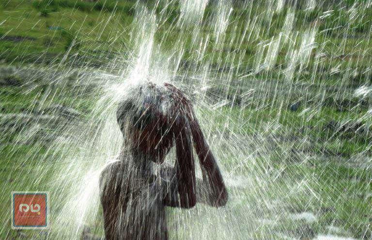 آبتنی کودک هندی با گرم شدن فزاینده هوا در اللهآباد هند
