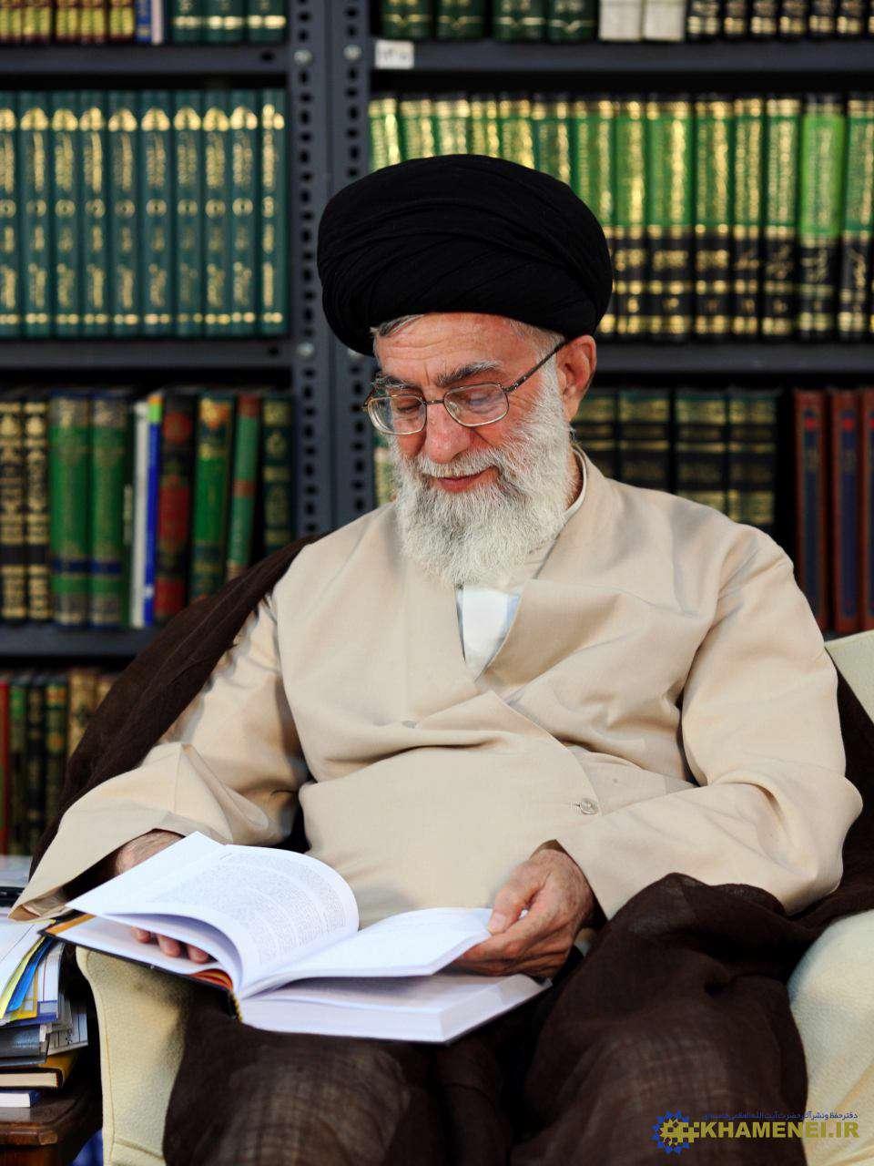 رهبر معظم انقلاب اسلامی: امروز ملت ایران احساس عزت میکنند، احساس تشخص میکنند. انقلاب، ضعف نفس و خود کمبینی را در ملت ما از بین برد؛ به جای آن، اعتماد به نفس ملی را به ملت داد.