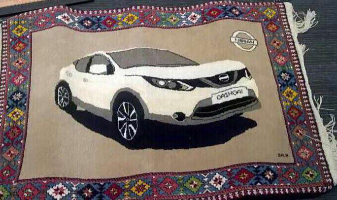 تصویر فرش دستباف قشقایی که نمایی از خودروی قشقایی در آن بافته شده است