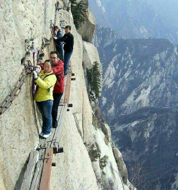 رستورانی در چین که برای رفتن به آنجا باید جانتان را کف دست بگیرید و از این مسیر عبور کنید