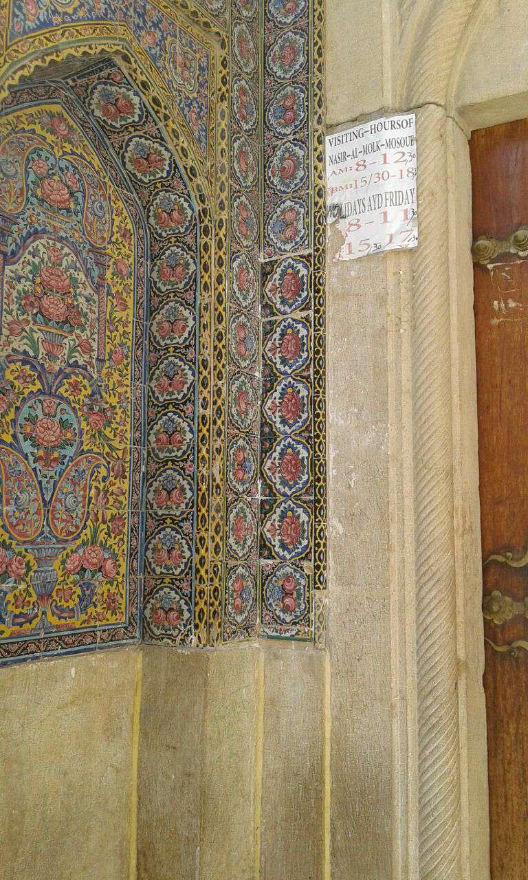 پس از دزدی 5 کاشی مسجد نصیرالملک شیراز، جای خالی آنها با نزدیکترین کاشی، مورد بازسازی قرار گرفت.(رضا نجاران)