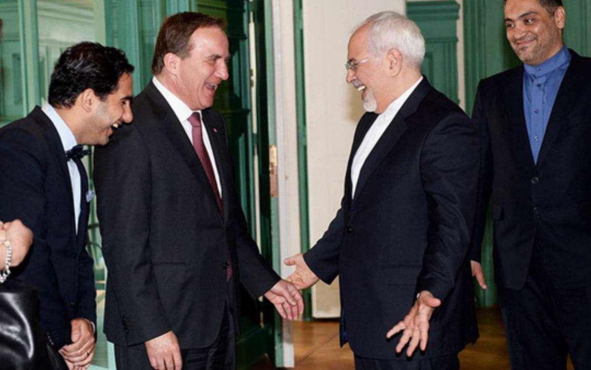 ظریف در سوئد با اردلان شکرآبی (اول از چپ) وزیر ایرانی تبار دولت سوئد به فارسی احوالپرسی کرد