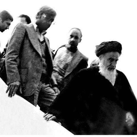 تصویری کمیاب از لحظه ورود امام خمینی (قدس سره) به کشور فرانسه در فرودگاه پاریس