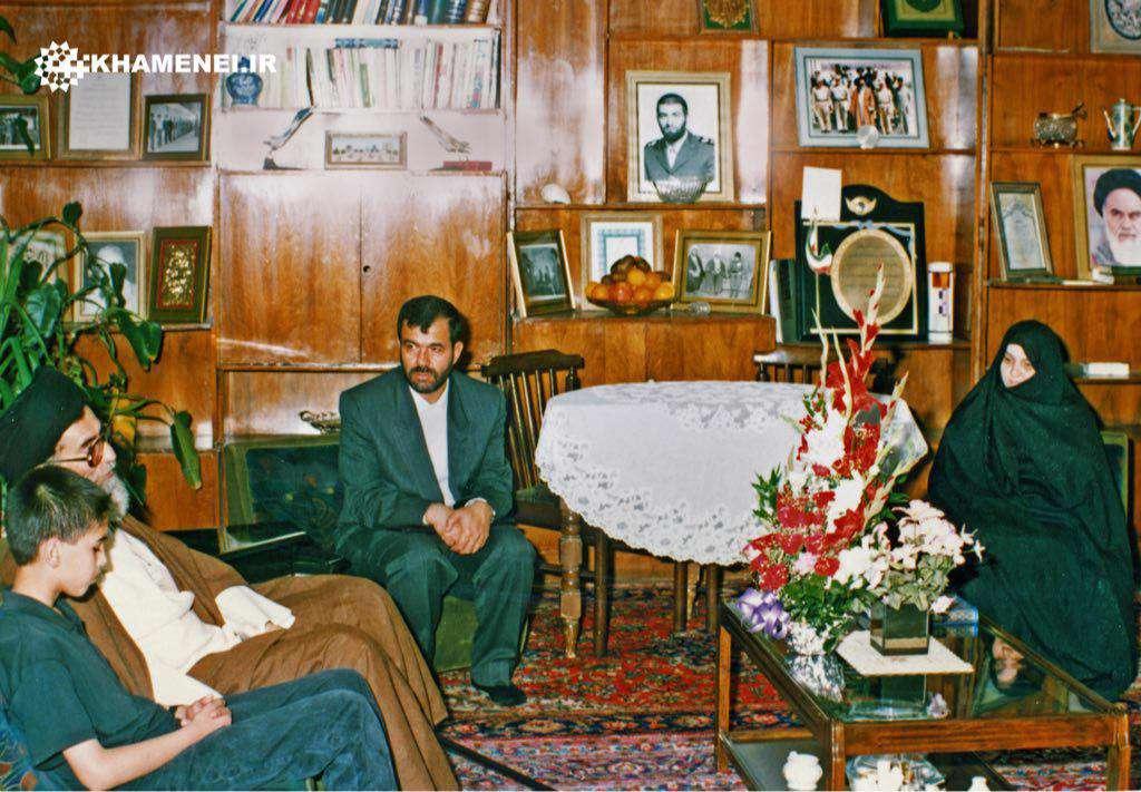 تصوير ديده نشده از حضور رهبر انقلاب در منزل شهید بابایی