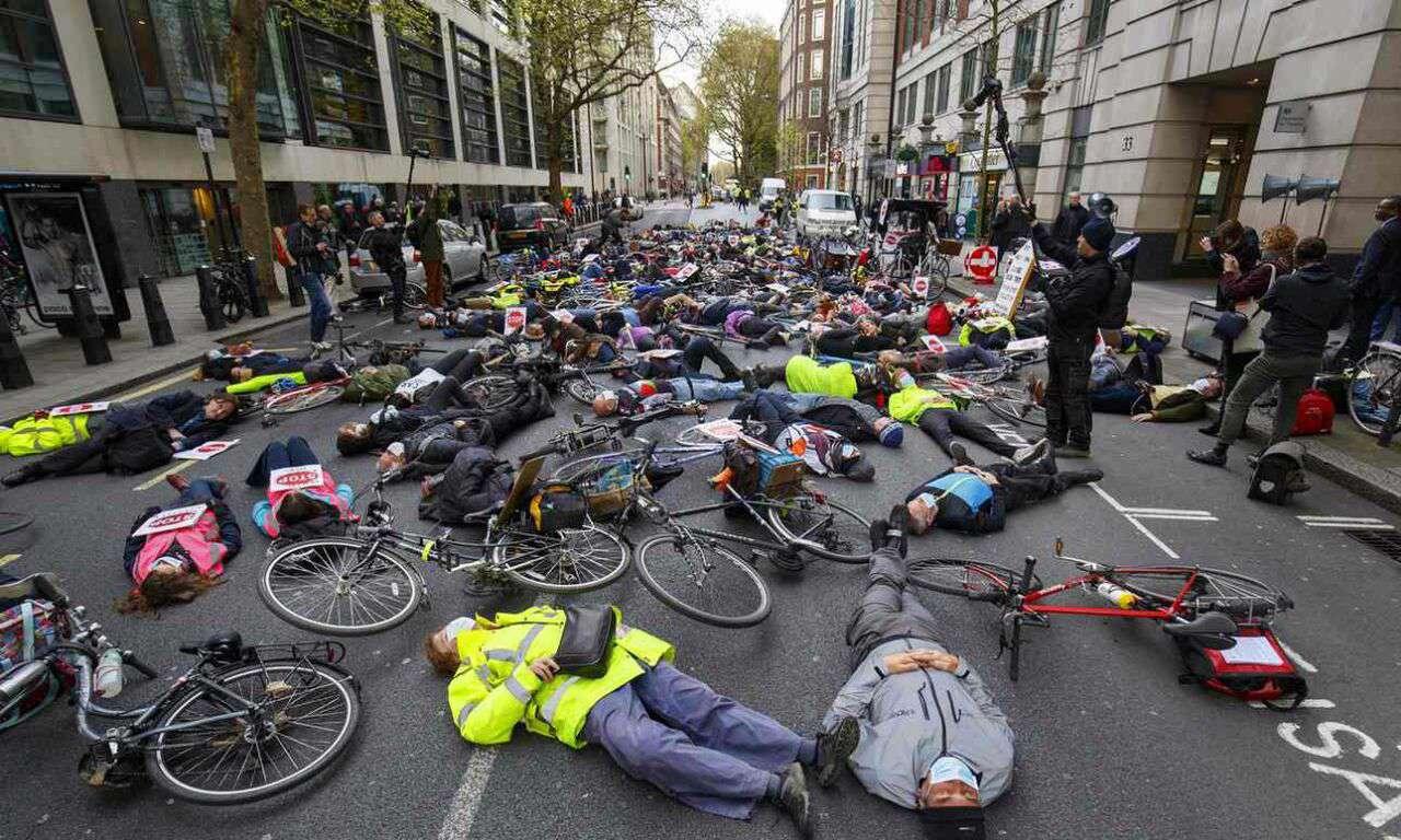 فعالان محیط زیست با تجمع مقابل شهرداری لندن خواستار تصویب قانونهایی برای الزامی شدن استفاده از دوچرخه شدند.